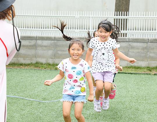 縄跳びをする子ども